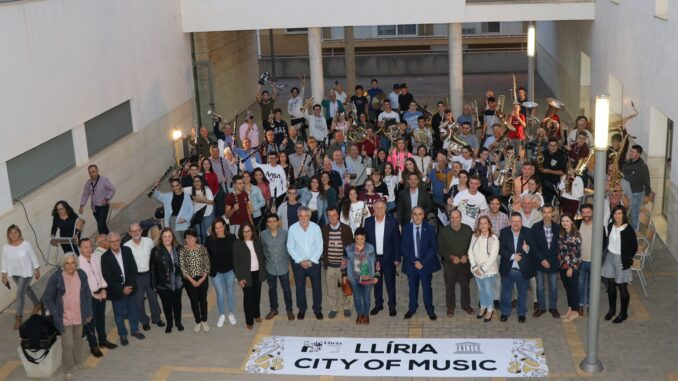 Llíria ha reunido en el conservatorio municipal al alumnado de banda del centro con los músicos de la banda de jubilados UDP.