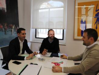 Carlos Fernández Bielsa y Ramiro Rivera con el alcalde de Losa del Obispo, David Pérez.