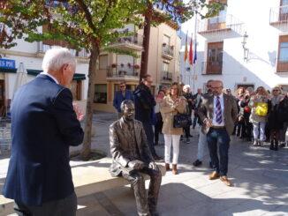 La estatua sedente de bronce ubicada en la plaza del Ayuntamiento de Utiel que ha descubierto.
