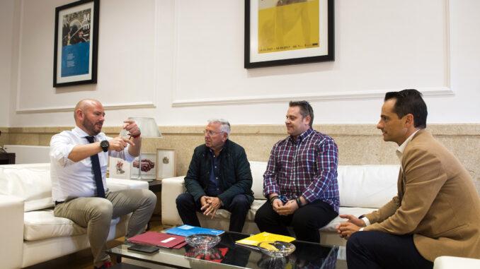 El presidente de la Diputació de València, Toni Gaspar, con el alcalde de Teresa de Cofrentes, Francisco Cebrián.