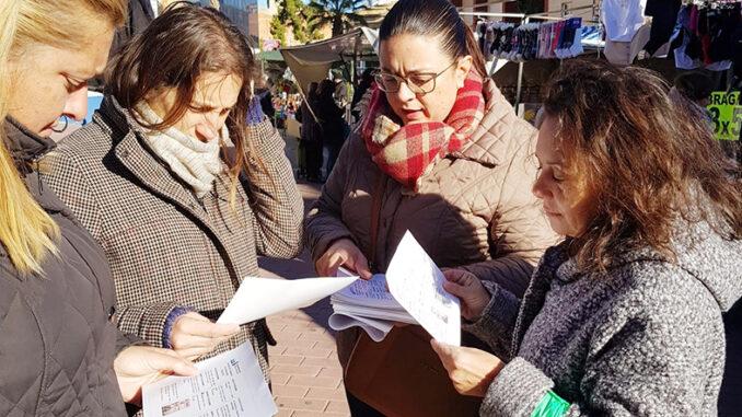 La concejala de Servicios Sociales, Núria Montero, ha aprovechado el mercadillo ambulante para promocionarlo entre el vecindario.