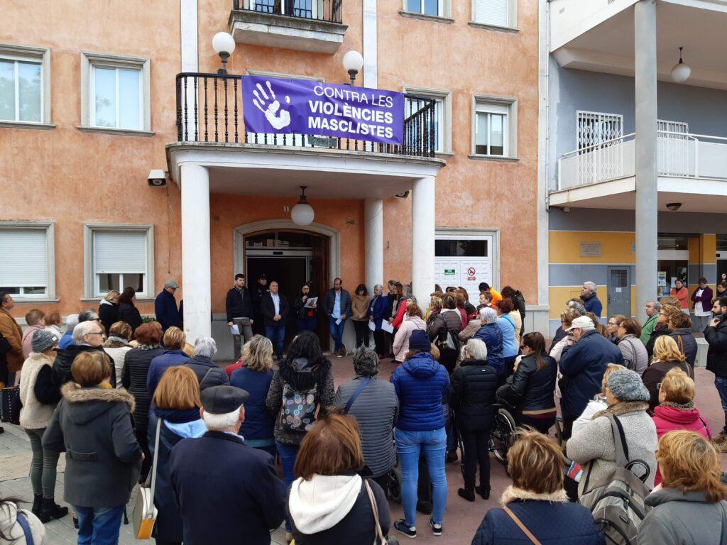 Concentración a la puerta del Ayuntamiento de Turís.