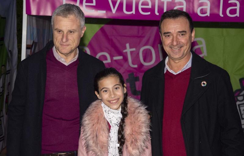 El presidente del CVI y alcalde de Riba-Roja, Robert Raga, el alcalde de l'Eliana, Salvador Torrent, y la ganadora del tercer premio del festival Eurovisión Junior 2019, la elianera Melani.