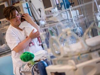 Manises lanza un decálogo para los papás y mamás con bebés prematuros ingresados Neonatología.