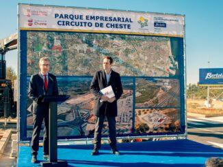 El conseller de Política Territorial, Obras Públicas y Movilidad junto al alcalde de Cheste.