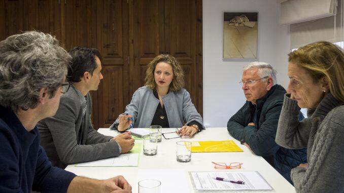 Pilar Sarrión y Empar Folgado con el alcalde de Teresa de Cofrentes, Francisco Cebrián.
