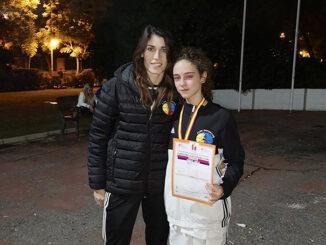 Daniela Furriol junto a su entrenadora, Estefanía Almela.