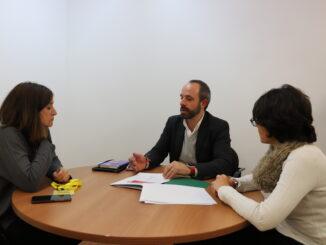 El diputado de Desarrollo Rural, Ramiro Rivera, recibe a la alcaldesa de Calles, Mª Consuelo García.