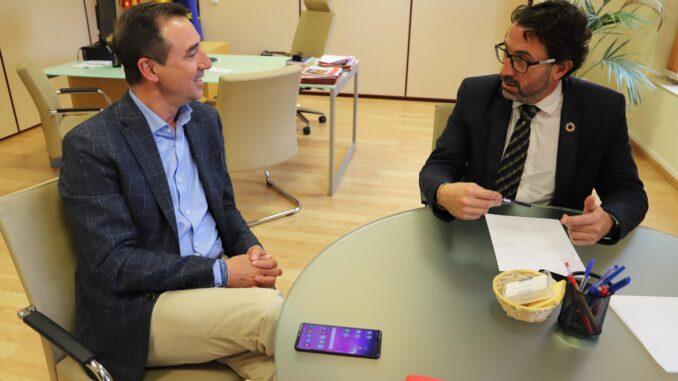 El diputado de Hacienda repasa con el alcalde de Riba-roja las necesidades del municipio.