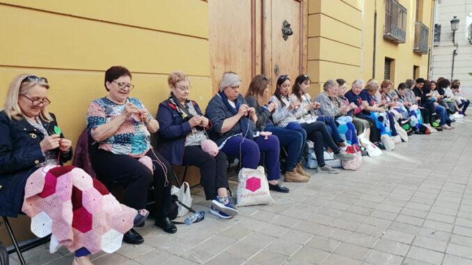 Hilando Vidas cubre de lana edificios públicos de Valencia para visibilizar a la mujer rural en el 8M.