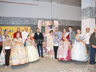 Falleras mayores y presidentes de las comisiones buñolenses con la alcaldesa y el edil de Cultura Popular.