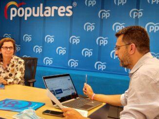 Juan Ramón Adsuara junto a la portavoz del PP de Llíria, Reme Mazzolari.